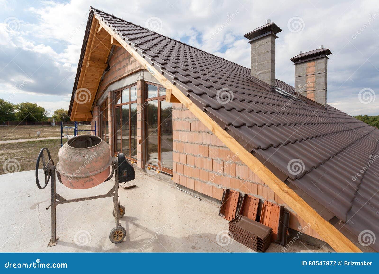 Een Nieuw Huis : Mening over het nieuwe betegelde dak met schoorstenen van eerste