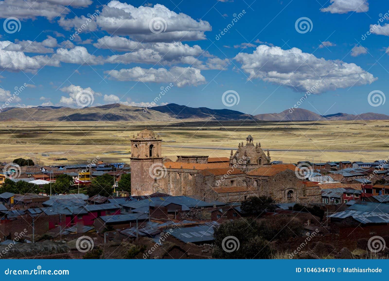 Download Mening Over Klein Stadsdorp Peru Stock Foto - Afbeelding bestaande uit wolk, landschap: 104634470