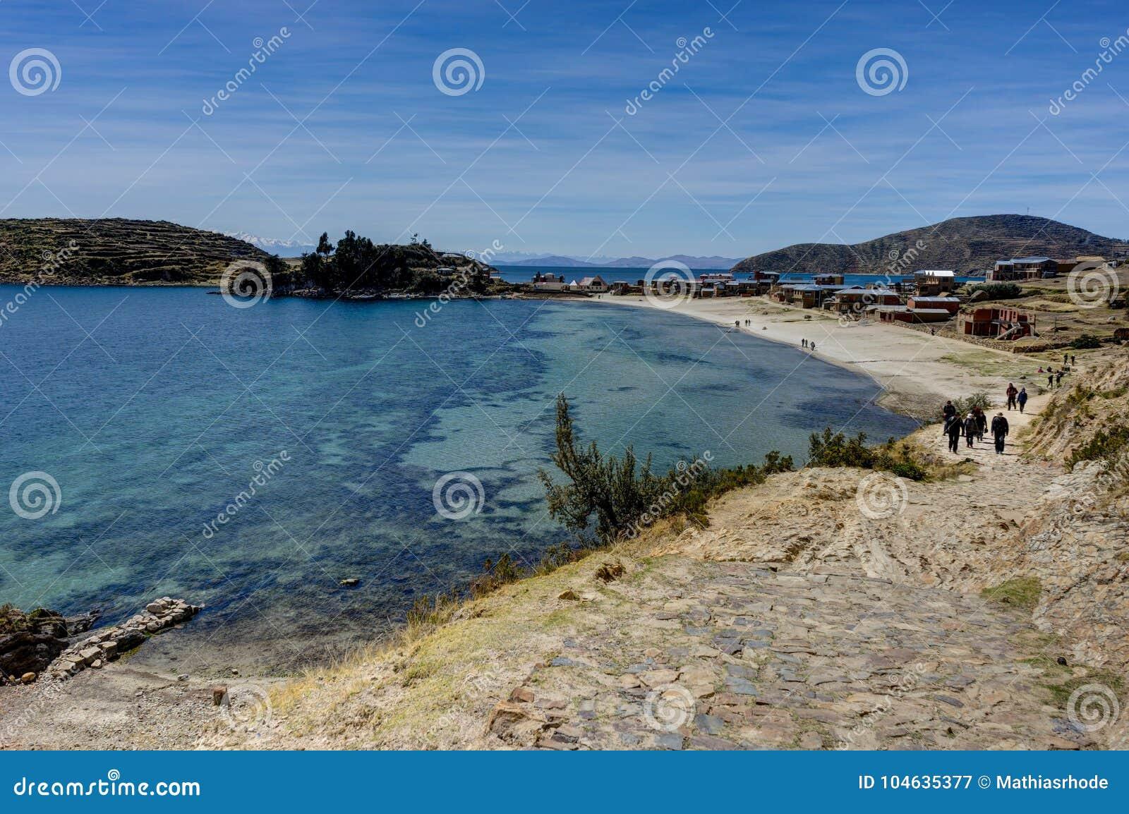 Download Mening Over La-isla Del Sol Met Blauw Hemelwater En Bomenmeer T Redactionele Fotografie - Afbeelding bestaande uit horizon, boliviaans: 104635377