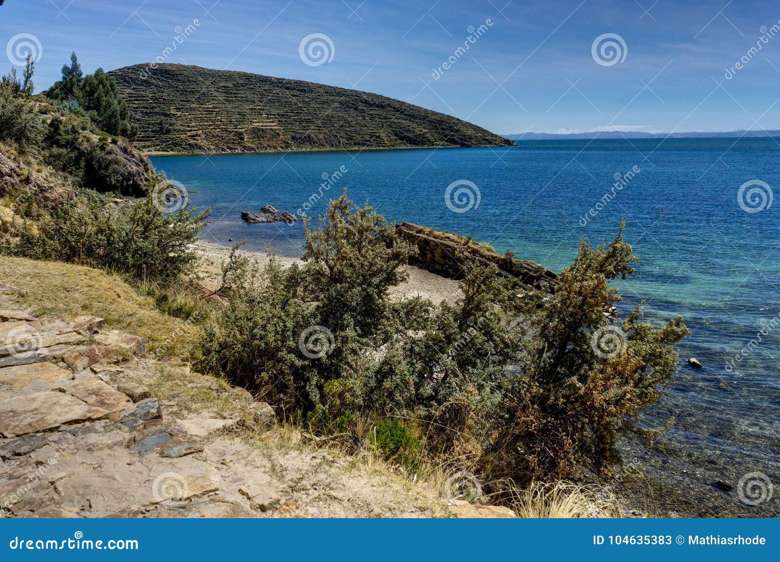 Download Mening Over La-isla Del Sol Met Blauw Hemelwater En Bomenmeer T Stock Afbeelding - Afbeelding bestaande uit headland, installaties: 104635383