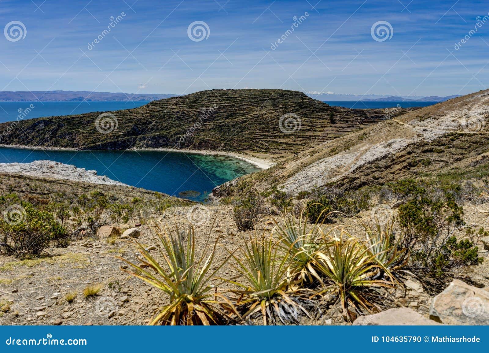 Download Mening Over La-isla Del Sol Met Blauw Hemelwater En Bomenmeer T Stock Foto - Afbeelding bestaande uit amerika, blauw: 104635790