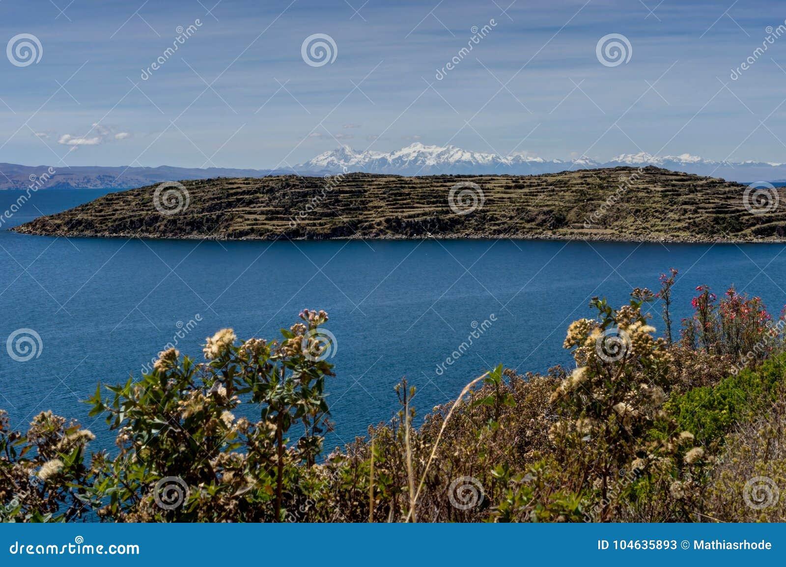 Download Mening Over La-isla Del Sol Met Blauw Hemelwater En Bomenmeer T Stock Afbeelding - Afbeelding bestaande uit latijns, landschap: 104635893