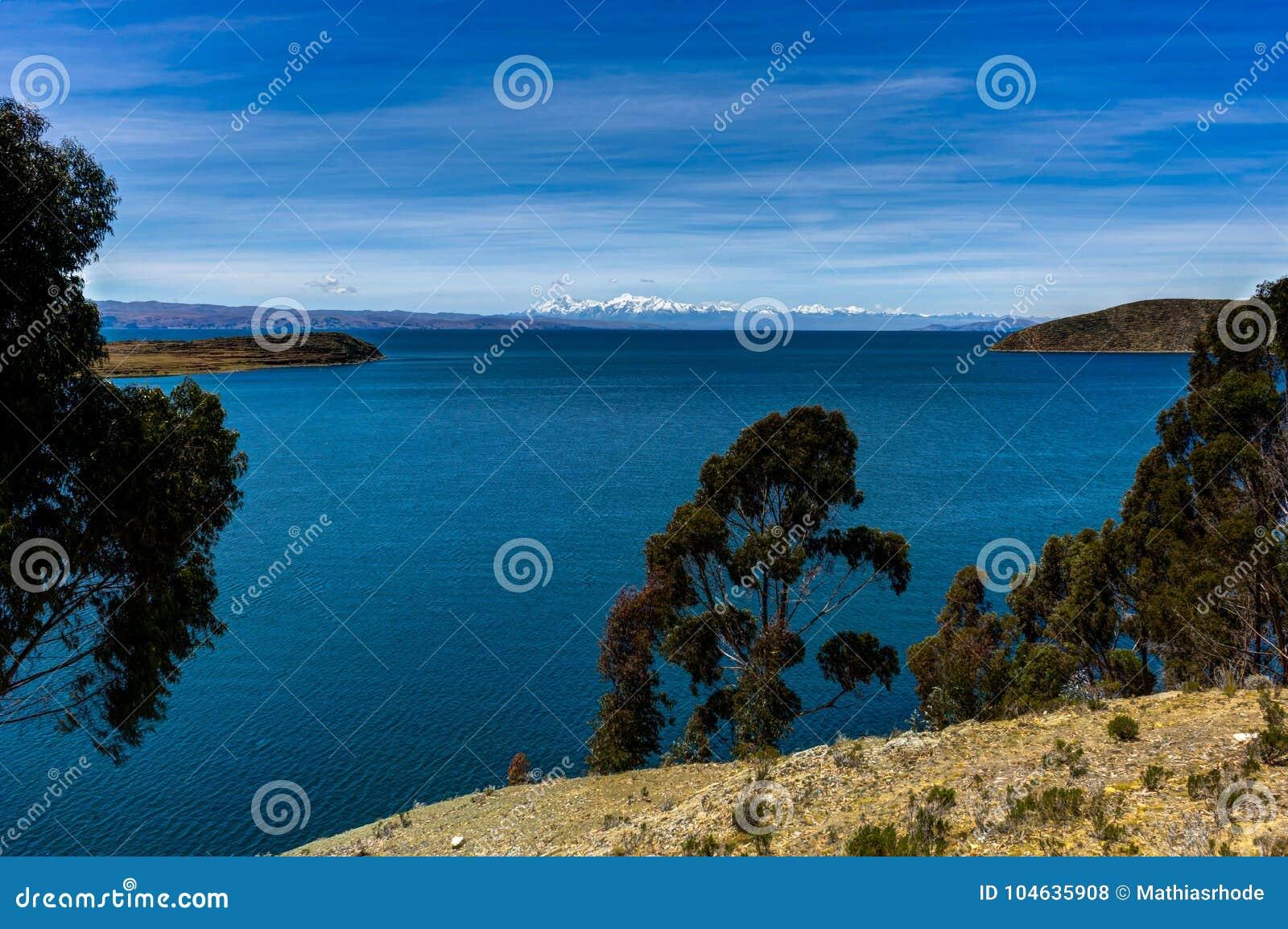 Download Mening Over La-isla Del Sol Met Blauw Hemelwater En Bomenmeer T Stock Foto - Afbeelding bestaande uit bolivië, boliviaans: 104635908