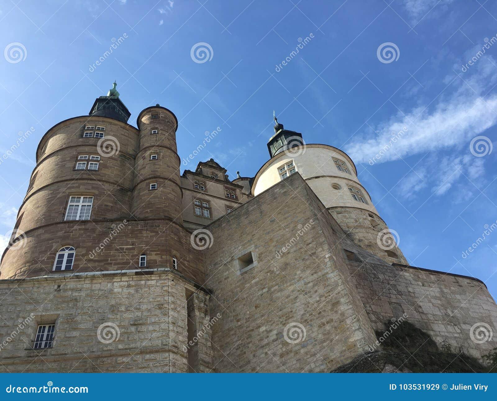 Mening over Montbeliard-kasteel op zonnige dag in Doubs Frankrijk