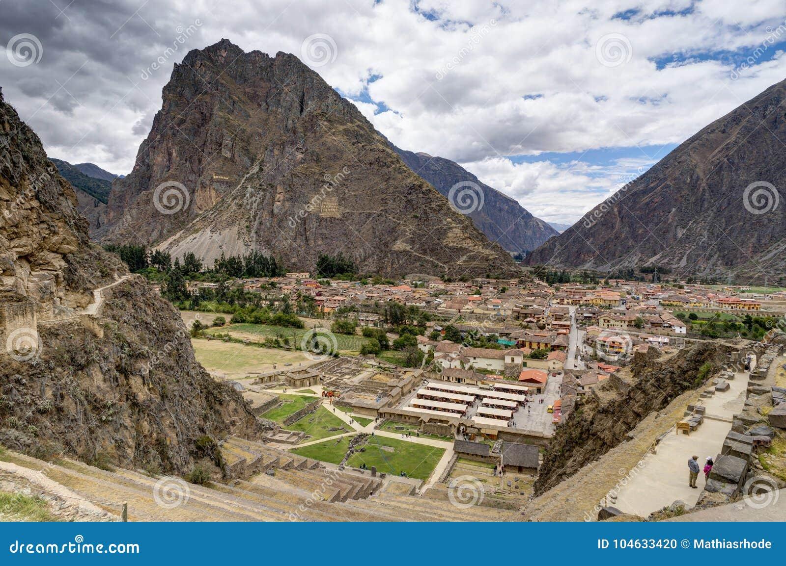 Download Mening Over Ollantaytambo Peru Met Blauwe Hemel En Wolken Stock Foto - Afbeelding bestaande uit verhoging, landschap: 104633420