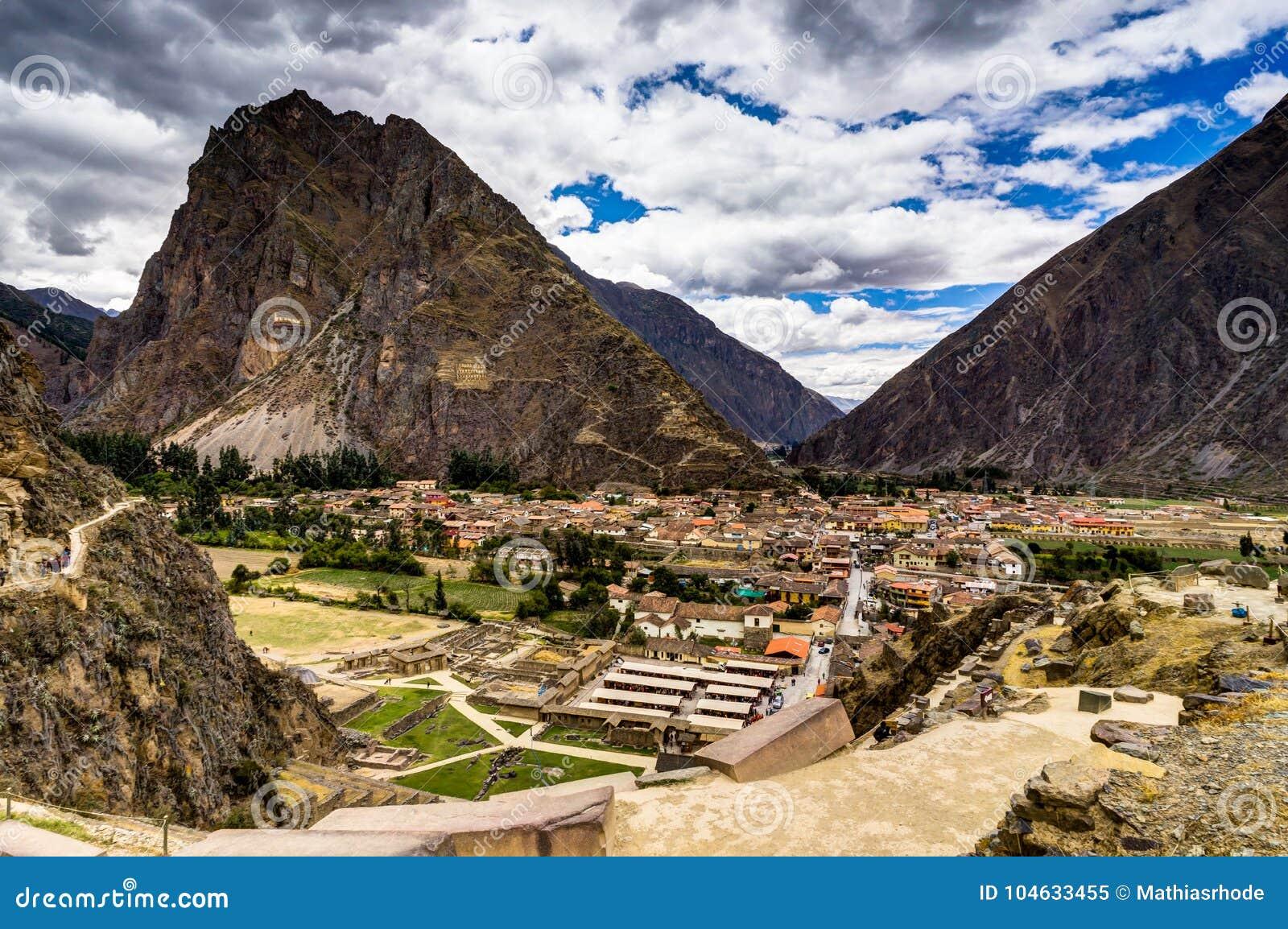 Download Mening Over Ollantaytambo Peru Met Blauwe Hemel En Wolken Stock Afbeelding - Afbeelding bestaande uit reis, vallei: 104633455