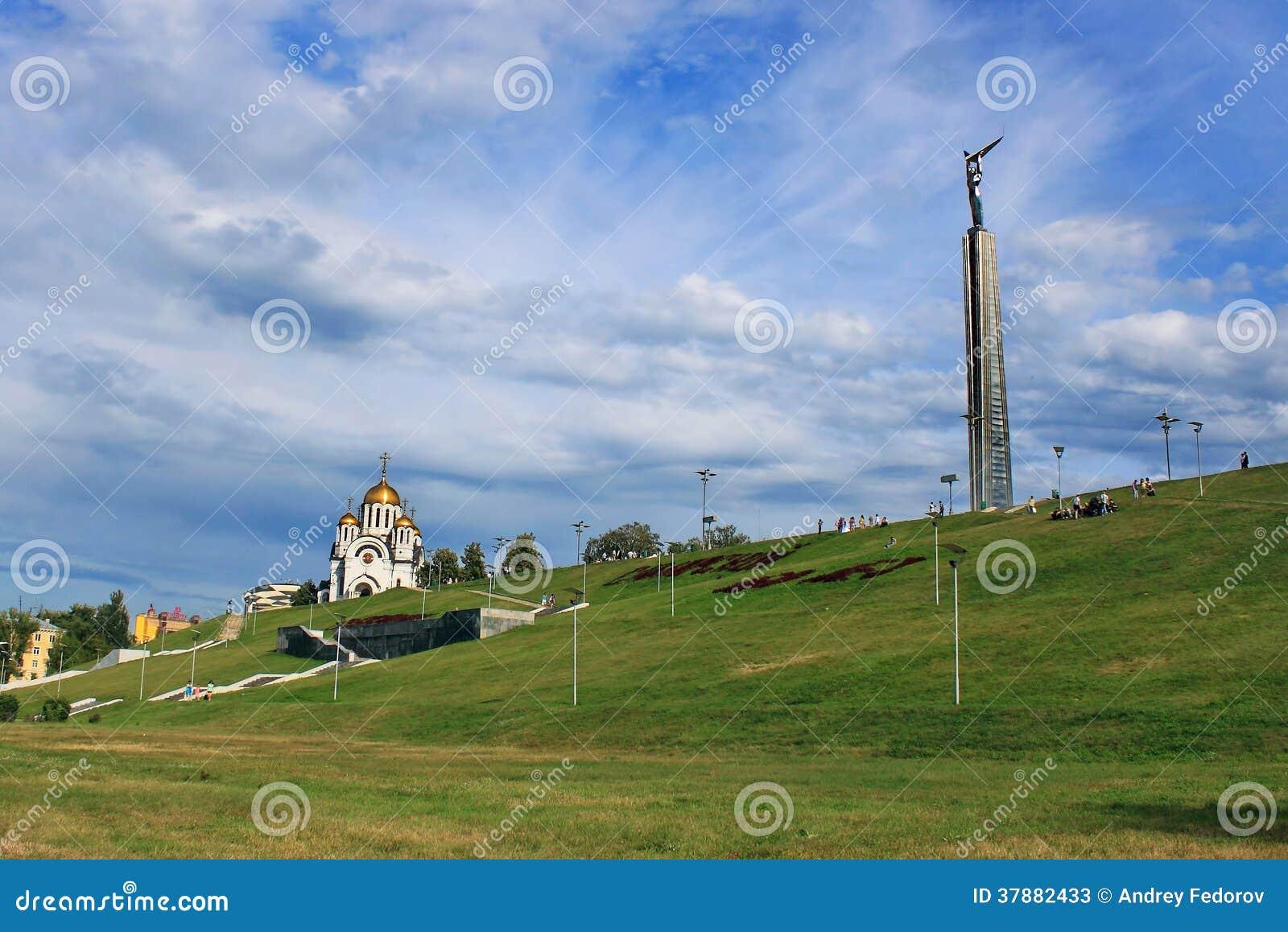 Mening Stella ROOK en het tempelmonument aan George zegevierend in de stad van Samara