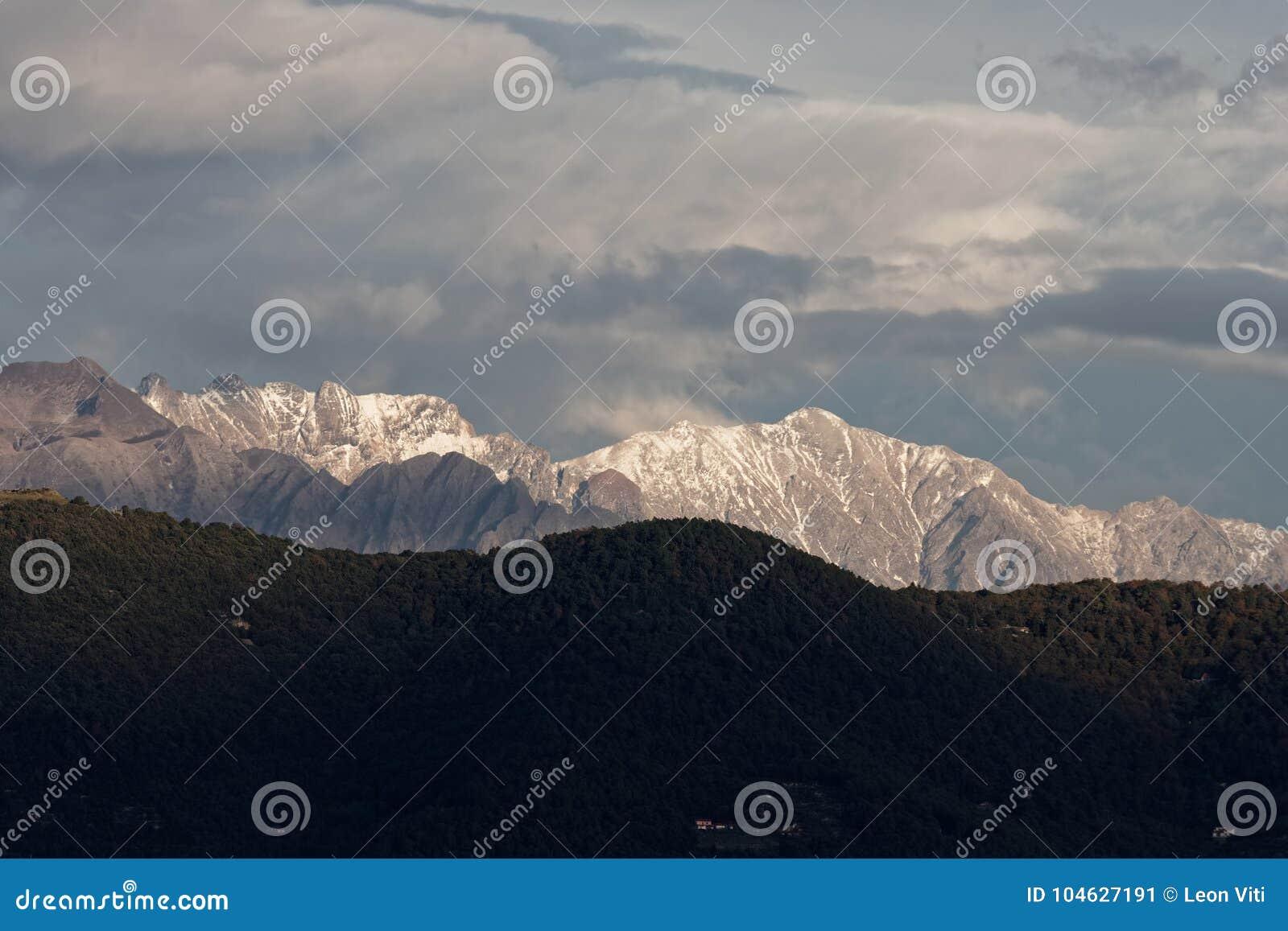 Download Mening van apuan alpen stock afbeelding. Afbeelding bestaande uit avontuur - 104627191