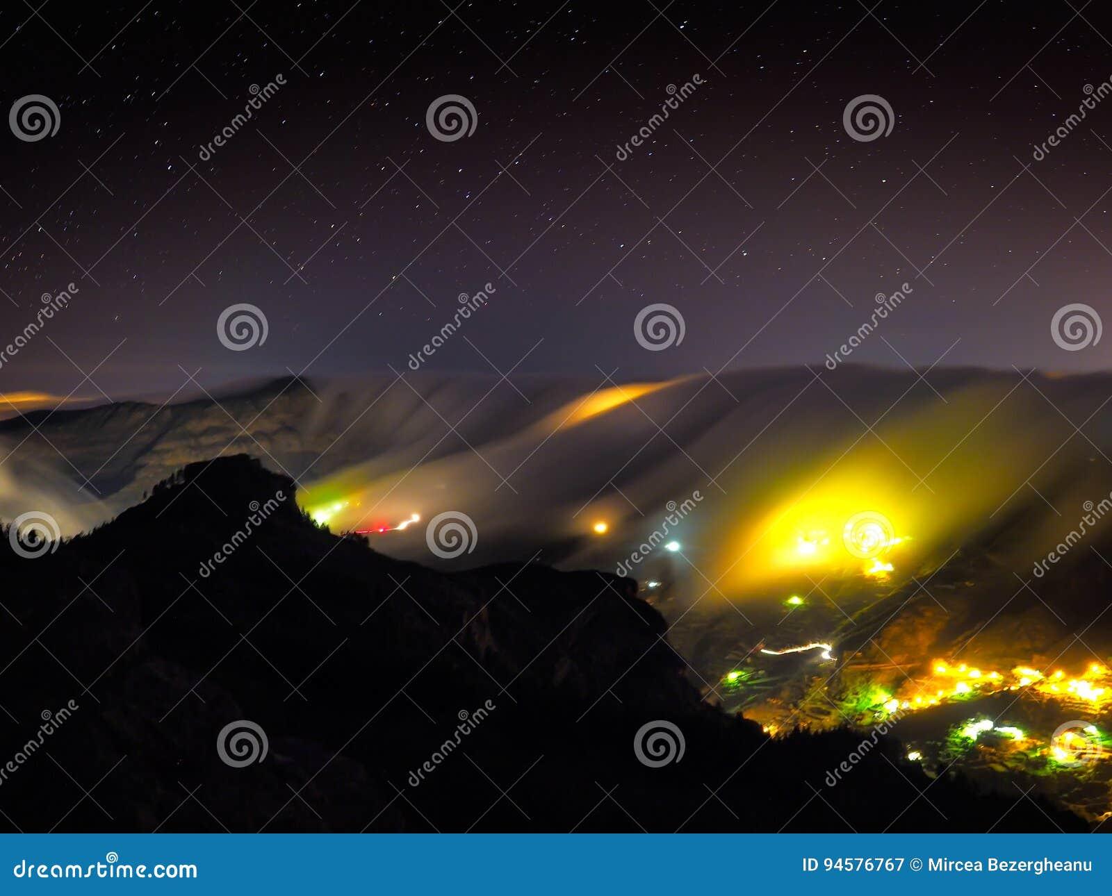 Mening van Artenara dorp  s nachts, Gran Canaria, Spanje