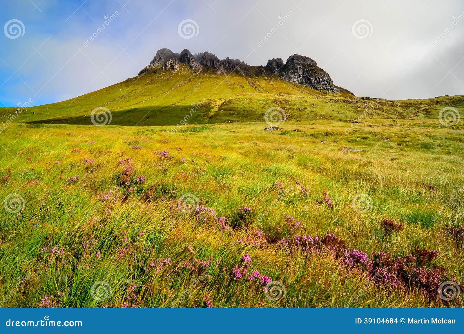 Mening van berg piekstapel Pollaidh, Schotland