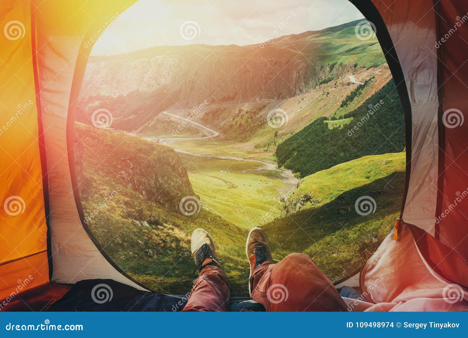 Mening van binnenuit een tent op de bergen in Elbrus, Standpuntschot Reisbestemming het Concept van het Wandelingsavontuur