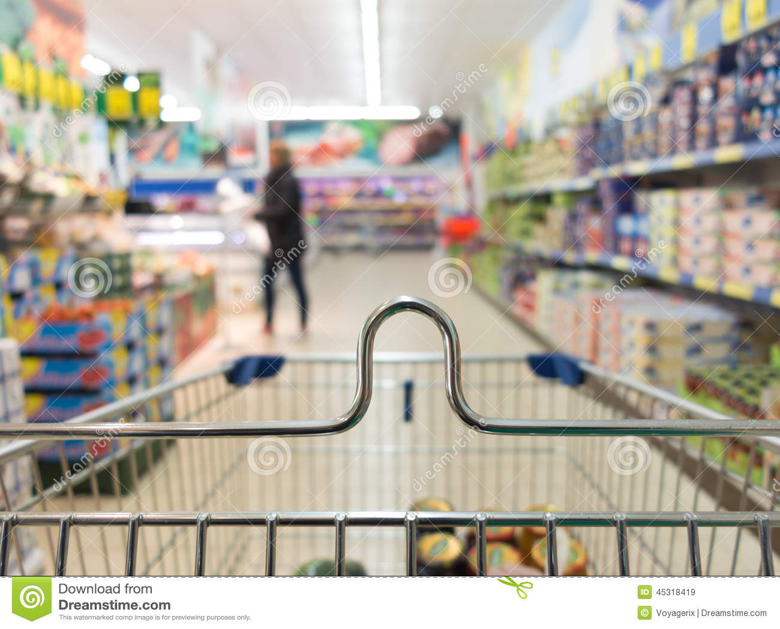 Mening van boodschappenwagentjekarretje bij supermarktwinkel kleinhandels