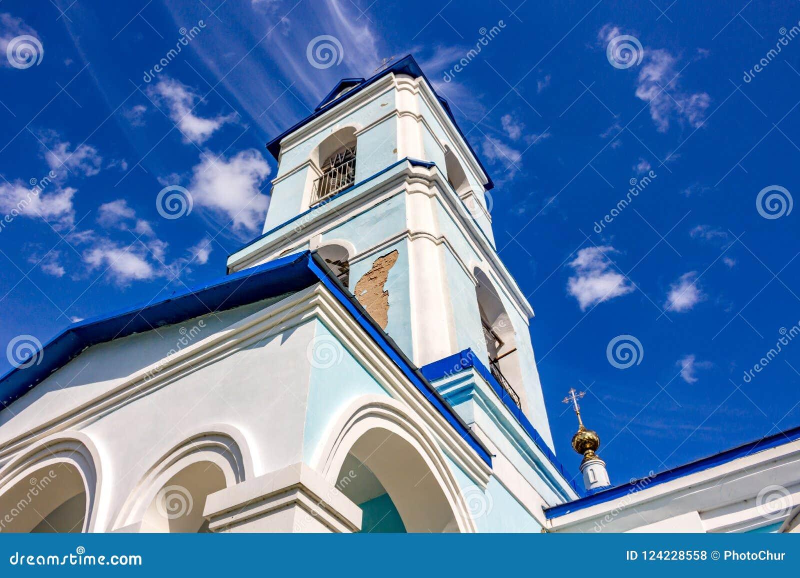 Mening van de bouw van de oude kerk van de Geboorte van Christus van Heilige Maagdelijke Mary van de 18de eeuw in het dorp van Iv