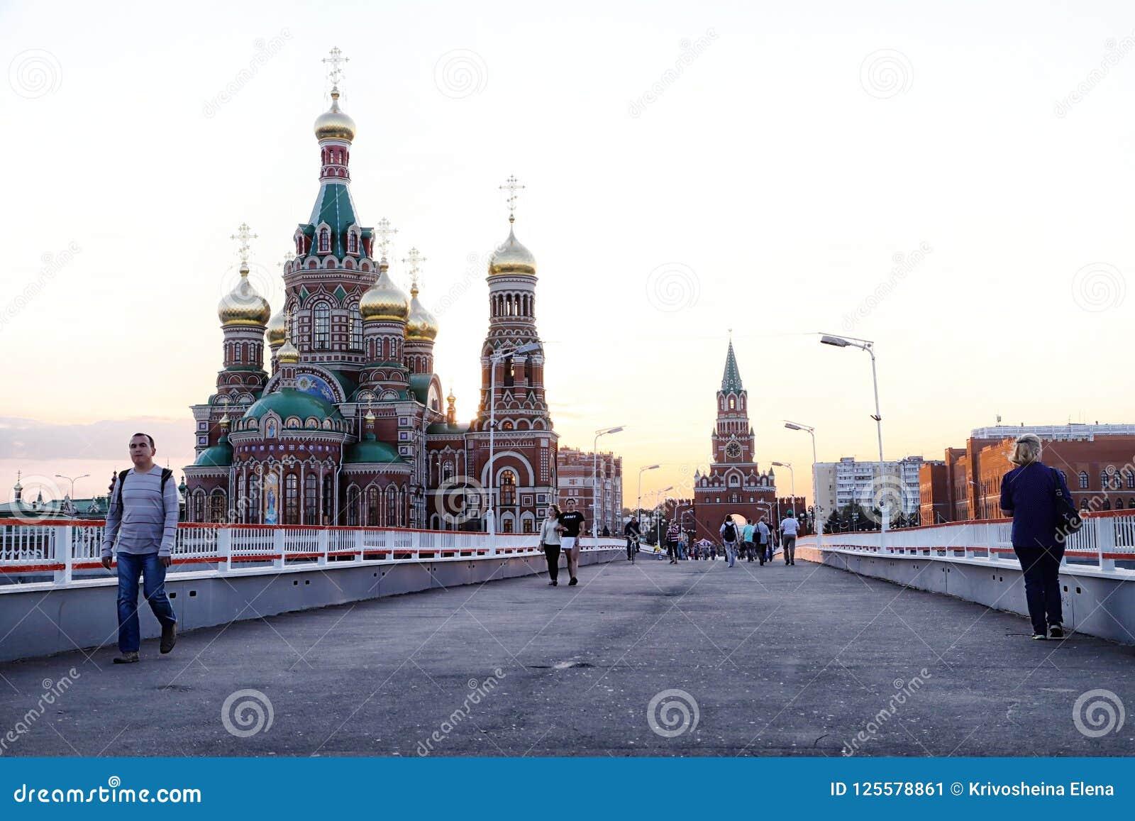 Mening van de brug die naar het stadsvierkant gaan in Yoshkar-Ola stad in Rusland