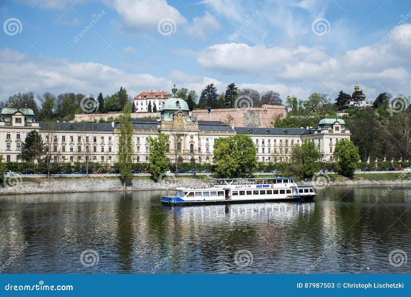 Mening van de het paleis en Vltava-Rivier met de Tsjechische Republiek van bootpraag