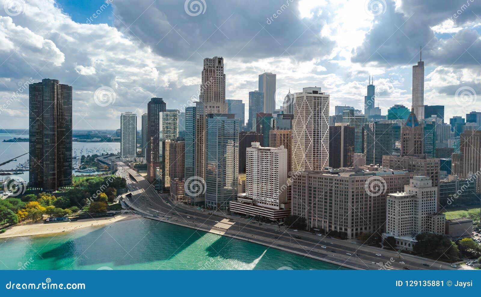 Mening van de de horizon de luchthommel van Chicago van hierboven, meer Michigan en de wolkenkrabberscityscape van de binnenstad