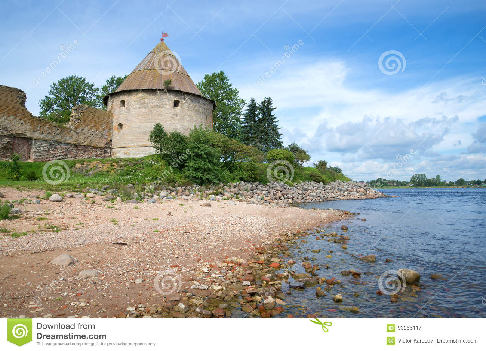 Mening van de Koninklijke toren van de Oreshek-vesting en de kust van de Neva-dag van rivier zonnige Augustus Shlisselburg, Rusla