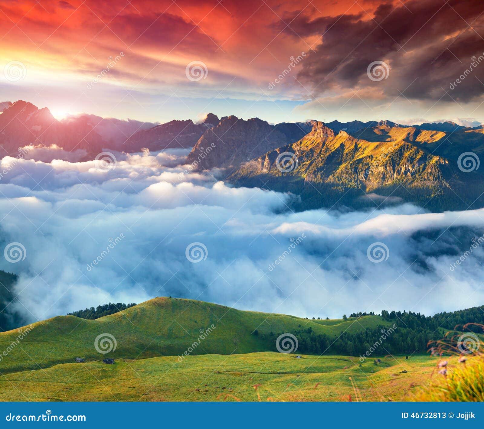 Mening van de mistige Val di Fassa-vallei met passo Sella genaturaliseerd