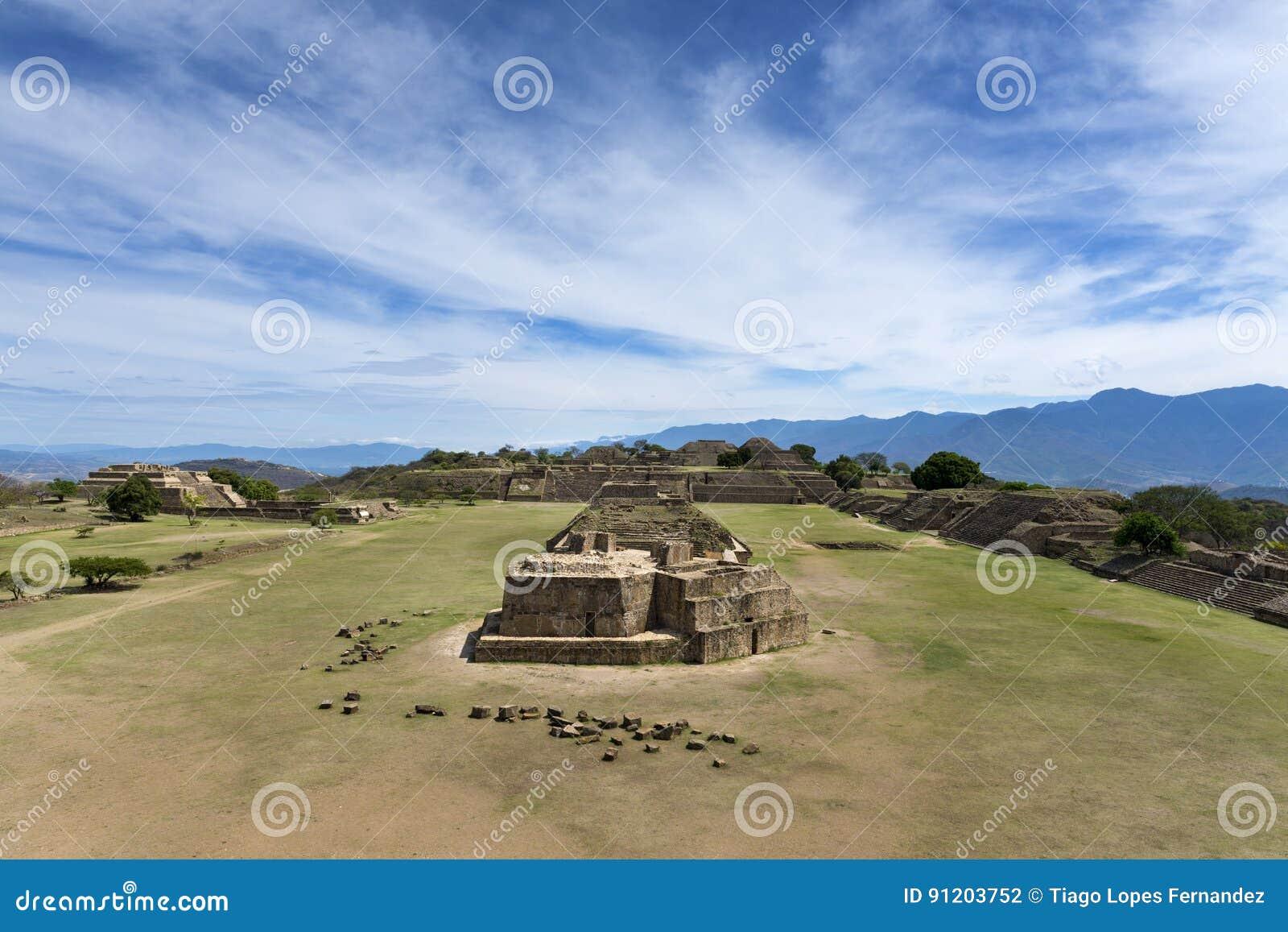 Mening van de Monte Alban-ruïnes in Oaxaca