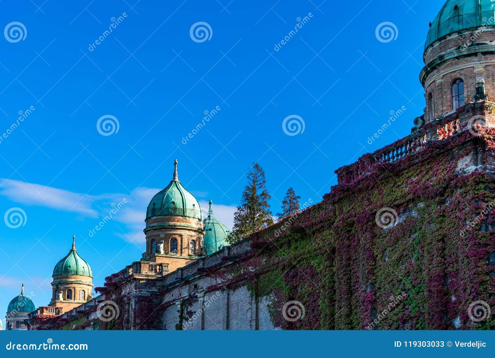 Mening van de mooie koepels en de muren van de Mirogoj-Begraafplaats in Zagreb, Kroatië