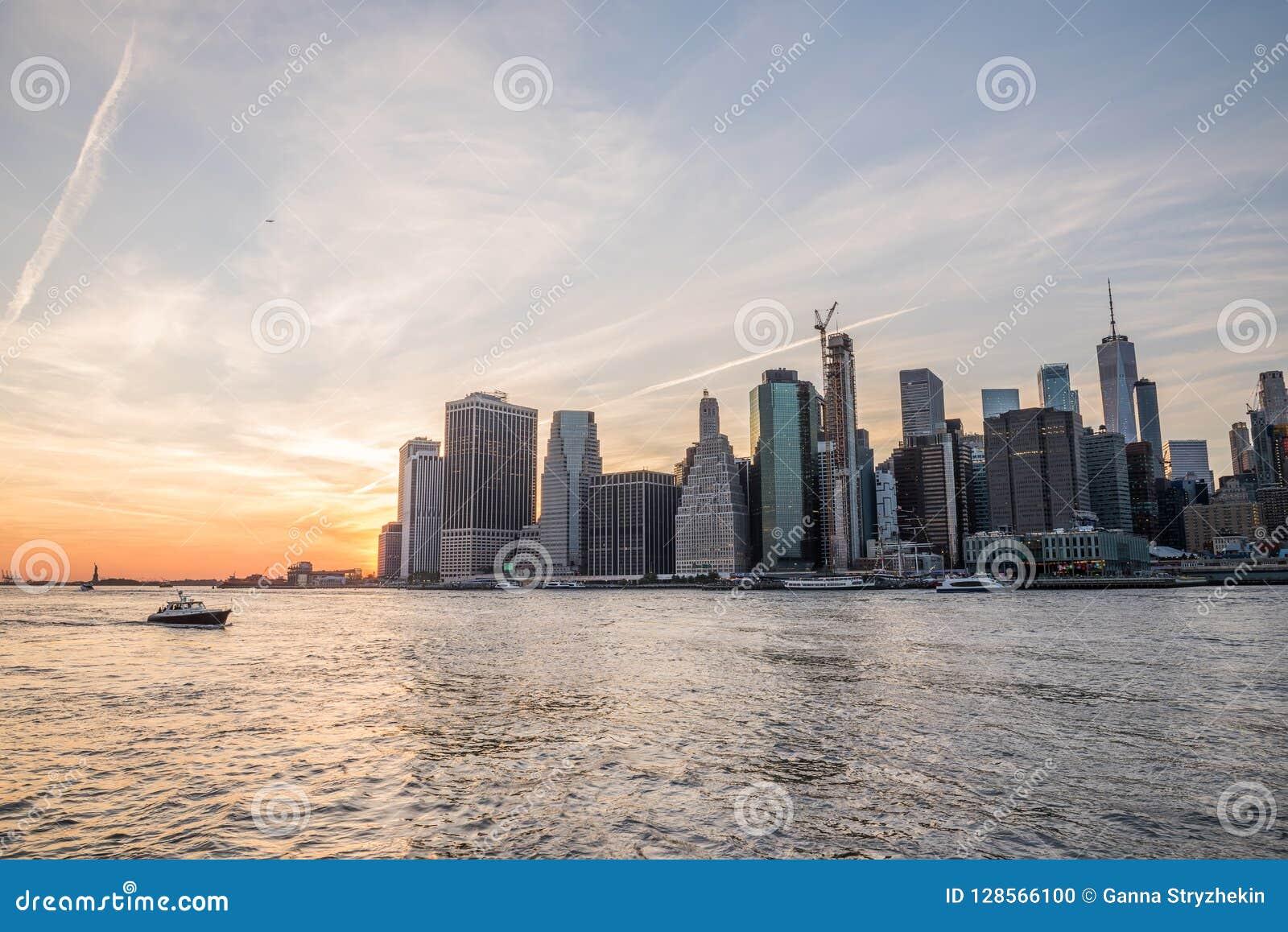 Mening van de stad New-York en de baai bij zonsondergang New York