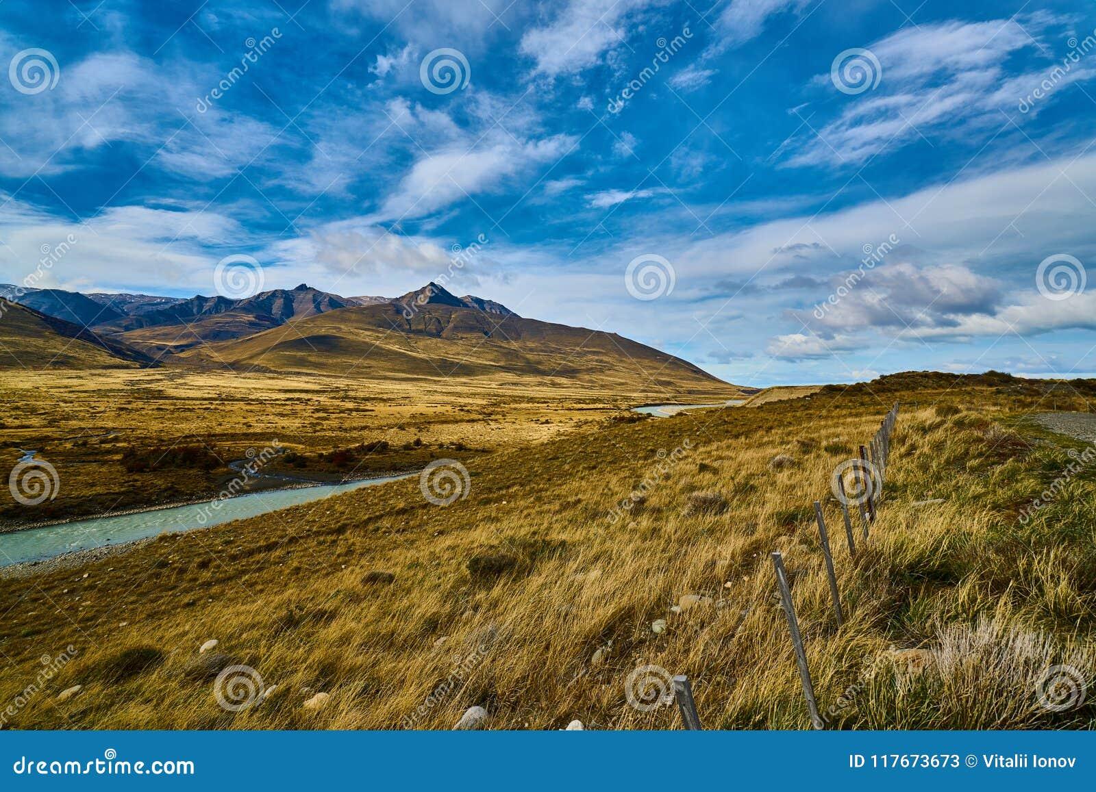 Mening van de weg, het Meer Argentino en de bergen Argentijns Patagonië in de Herfst
