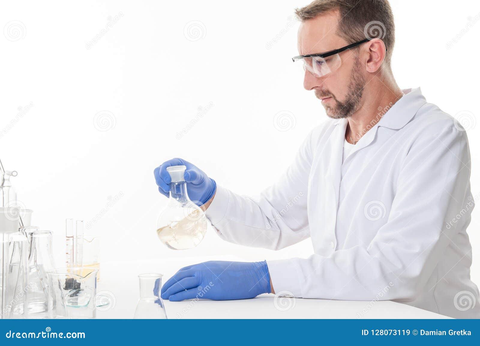 Mening van een mens in het laboratorium terwijl het uitvoeren van experimenten