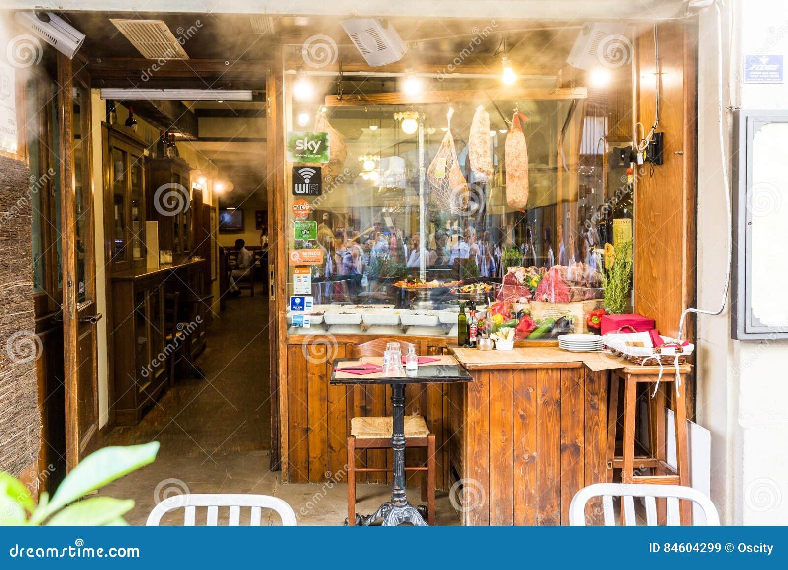 Mening van een Restaurant IL Paiolo bij via del Corso straat in FL