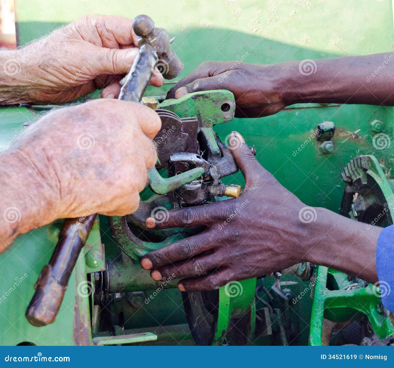 Mening van handen die oude bailer herstellen