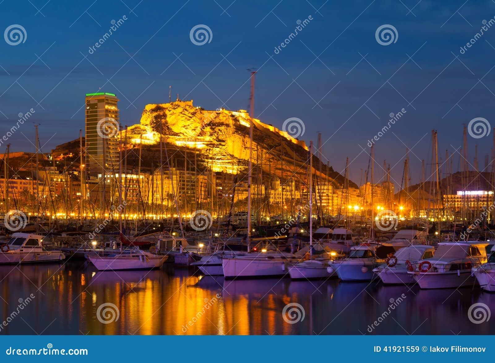 Mening van haven in nacht Alicante
