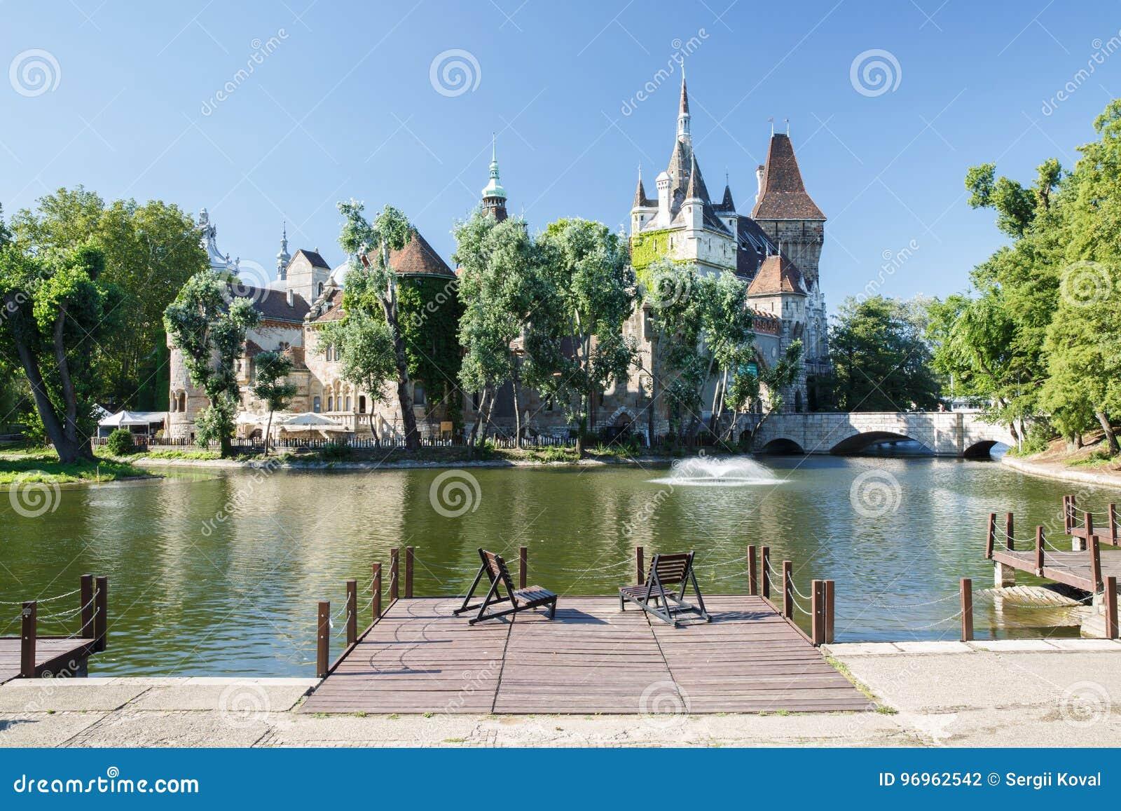 Mening van het Historische Vajdahunyad-Kasteel met meer in Stadspark