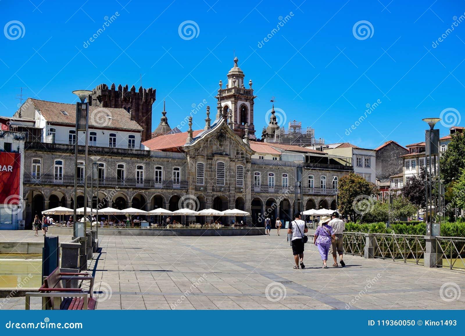 Mening van het Plein DE La Republica in het centrum van de stad aan zijn historische gebouwen en Castillo DE Braga