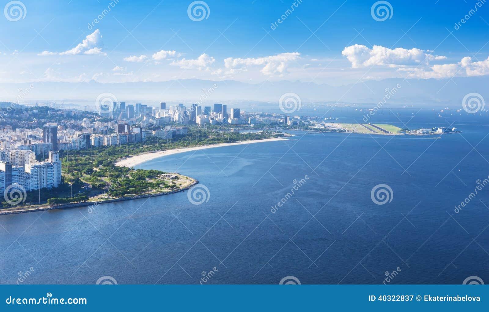 Mening van het strand en het district van Flamengo in Rio de Janeiro