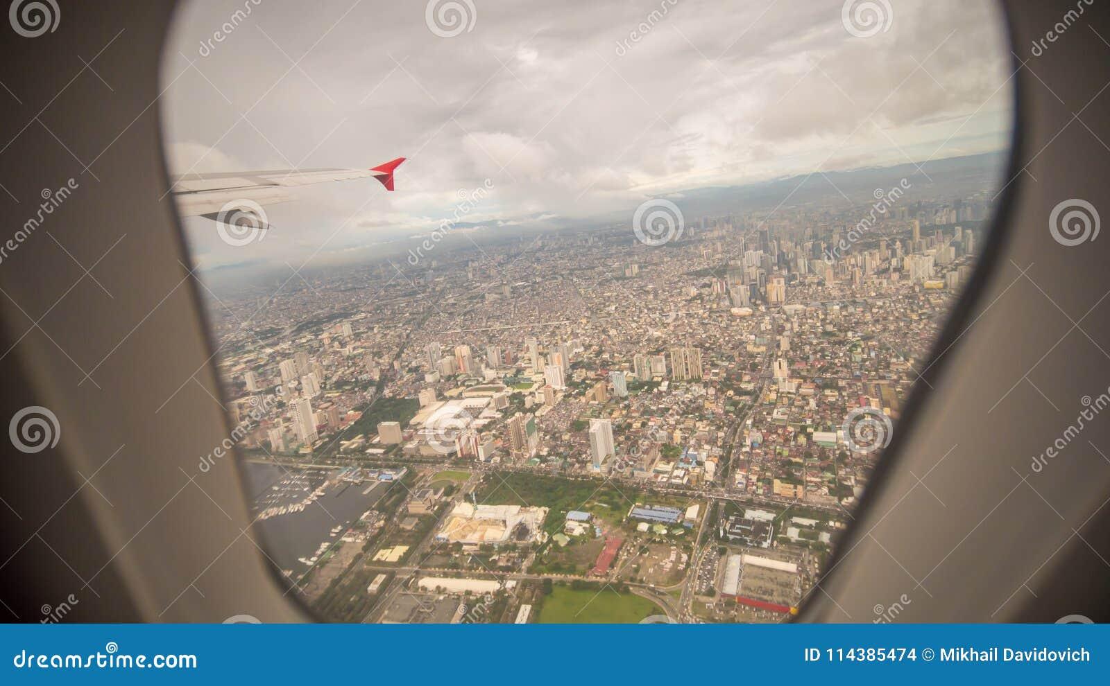 Mening van het venster van het vliegtuig aan de stad van Manilla filippijnen