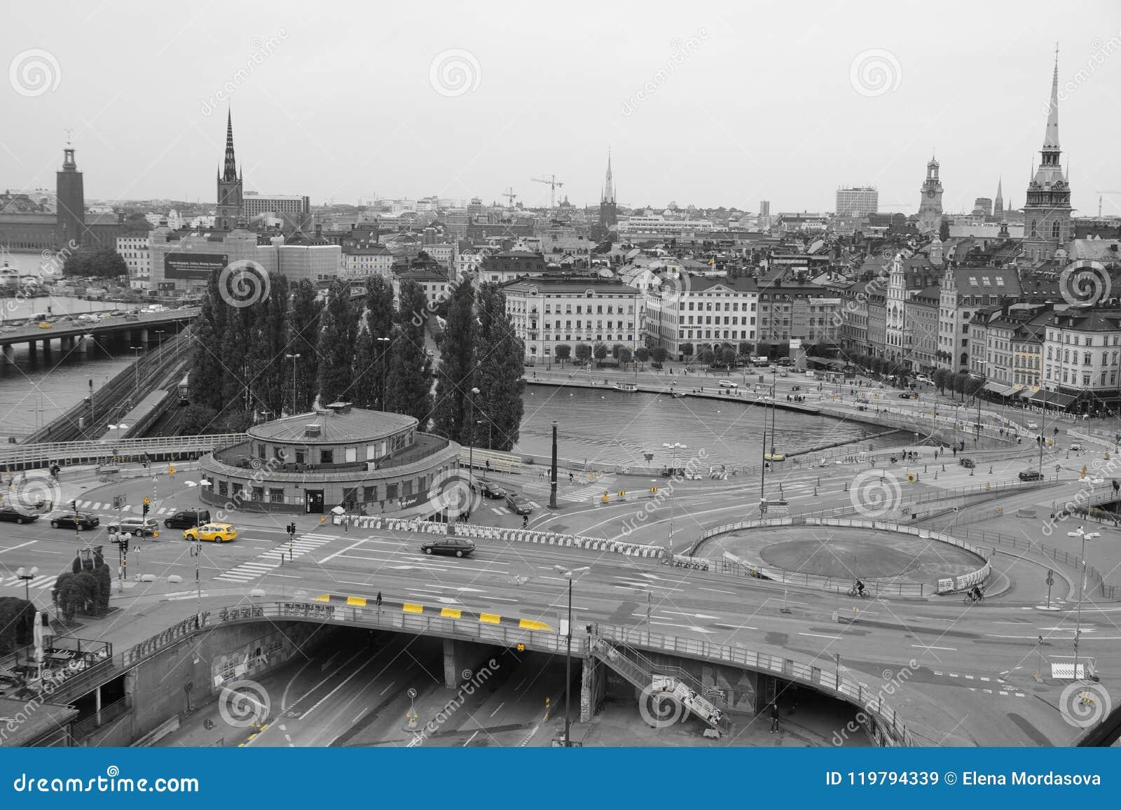Mening van het vierkant in Stockholm, zwart-wit met een geel hoogtepunt