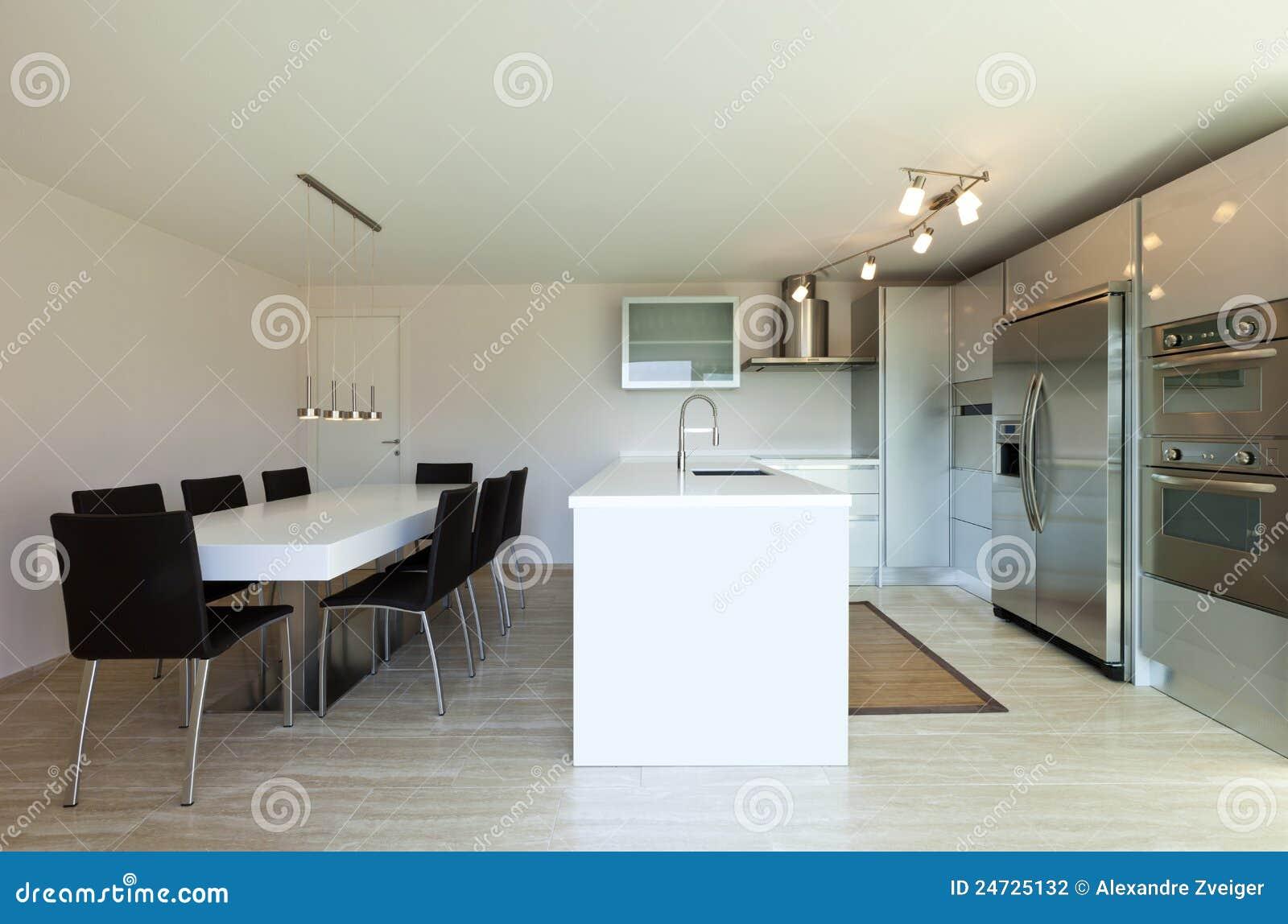 Mening van keuken met eettafel stock foto afbeelding bestaande