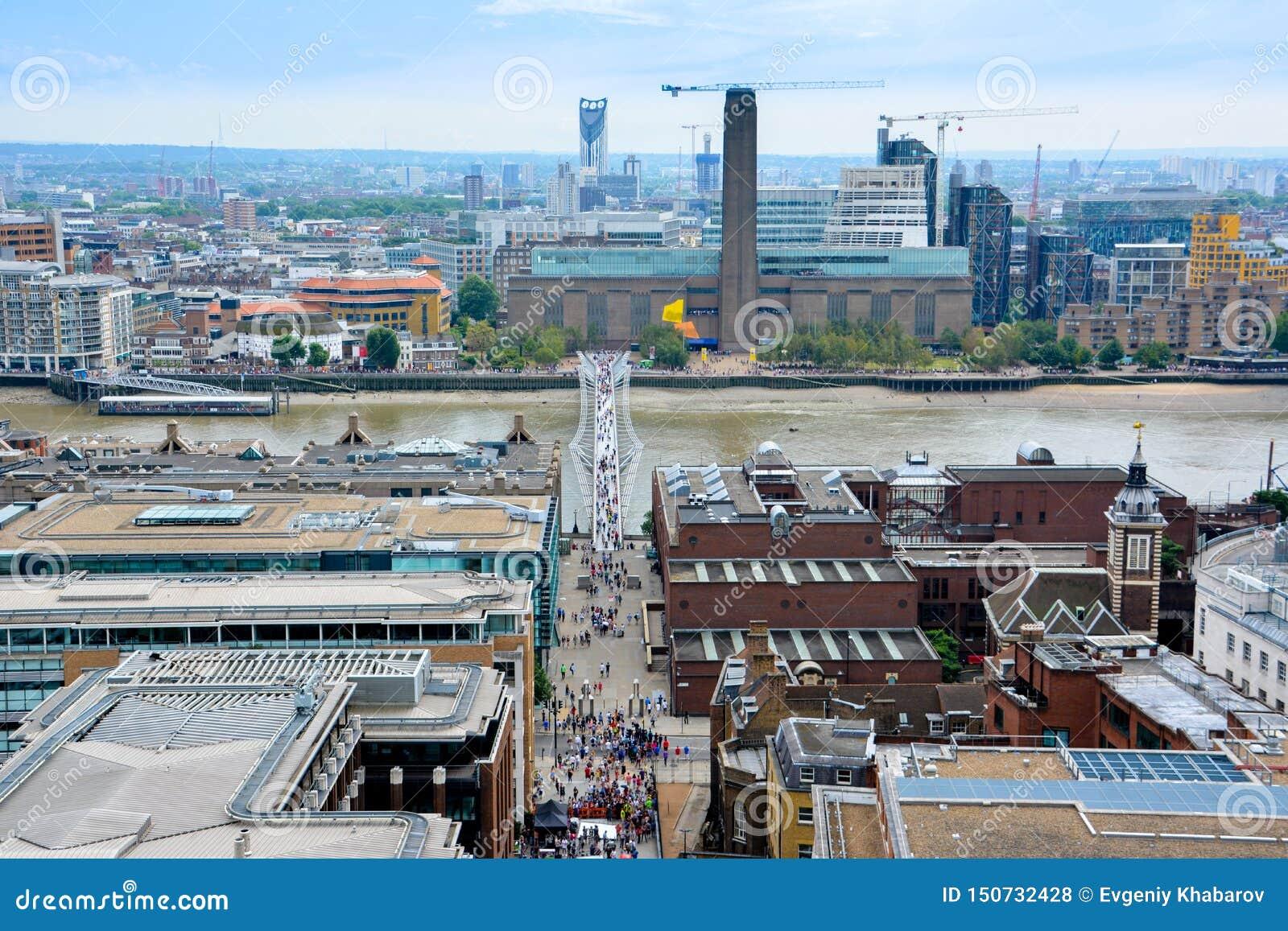Mening van Londen van hierboven Millenniumbrug van St Paul Kathedraal