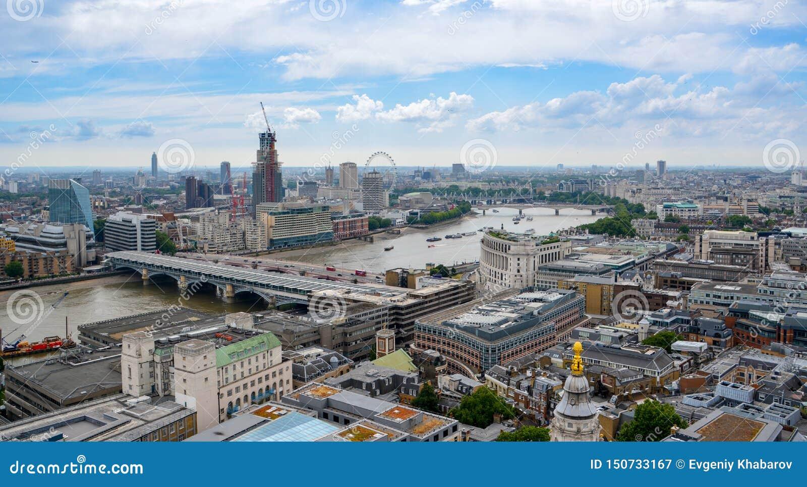 Mening van Londen van hierboven Rivier Theems, Londen van St Paul Kathedraal, het UK