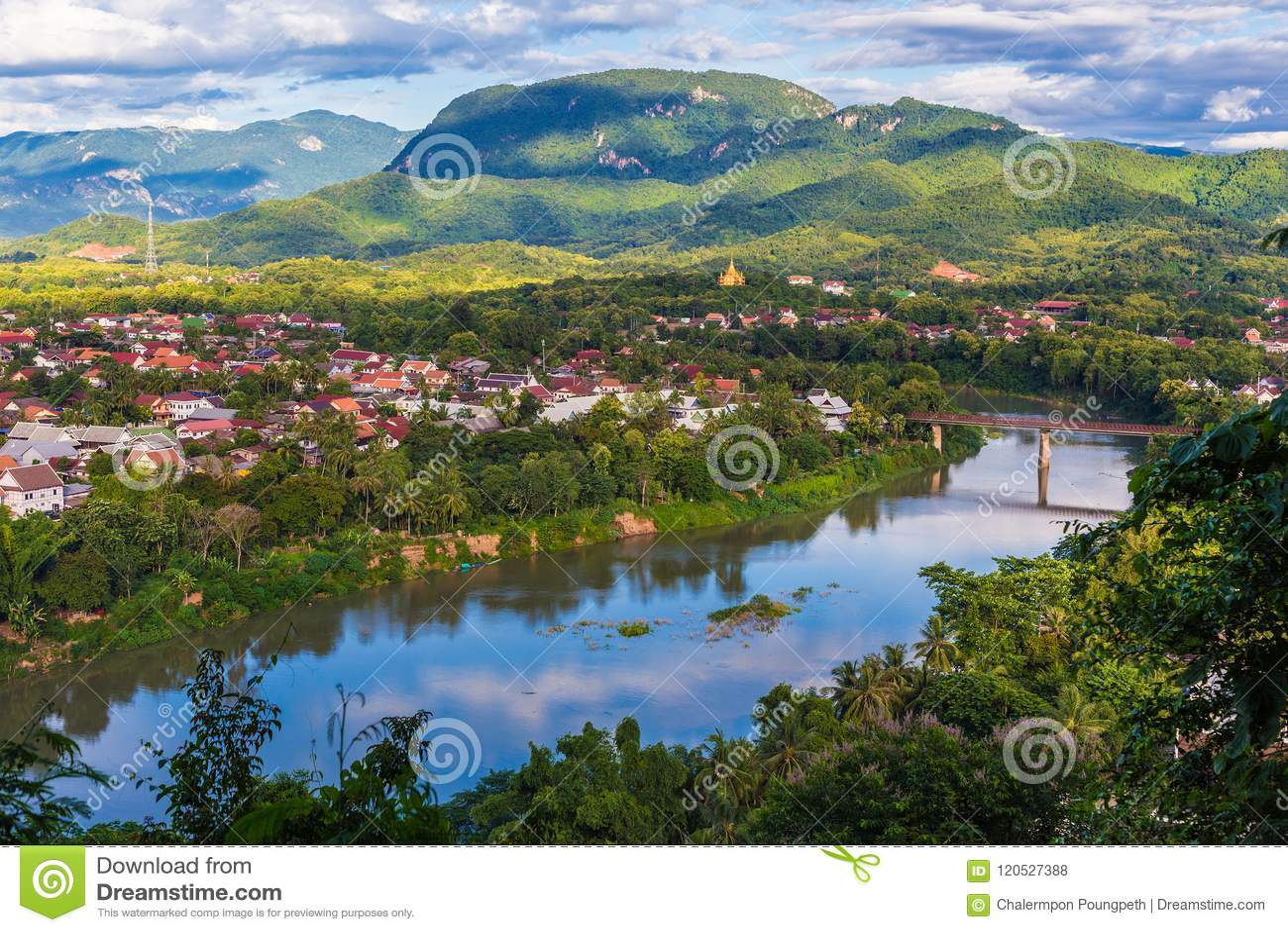 Mening van Luang Prabang en Nam Khan-rivier in Laos met mooi