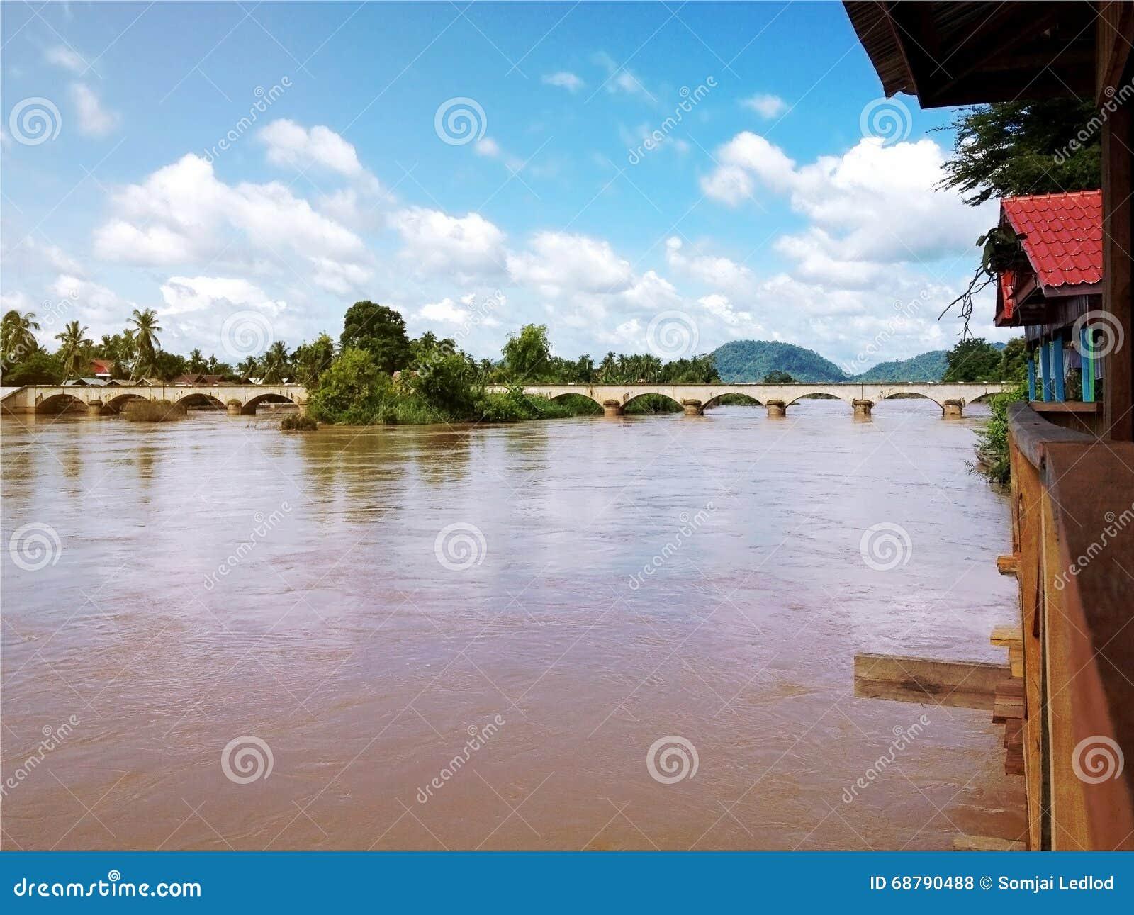Mening van Mekong Rivier en brug tussen Don Det en Don Khone