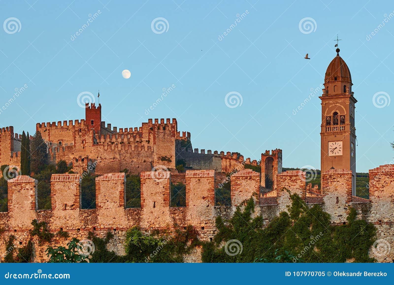 Mening van mooie middeleeuwse stad van Soave, Italië bij schemer