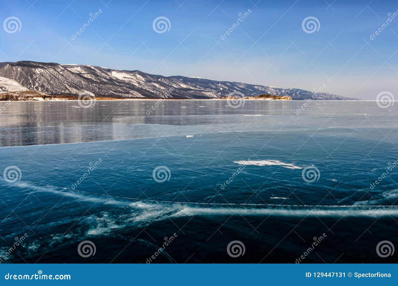 Mening van mooie tekeningen op ijs van barsten en bellen van diep gas op oppervlakte van het meer van Baikal in de winter, Ruslan