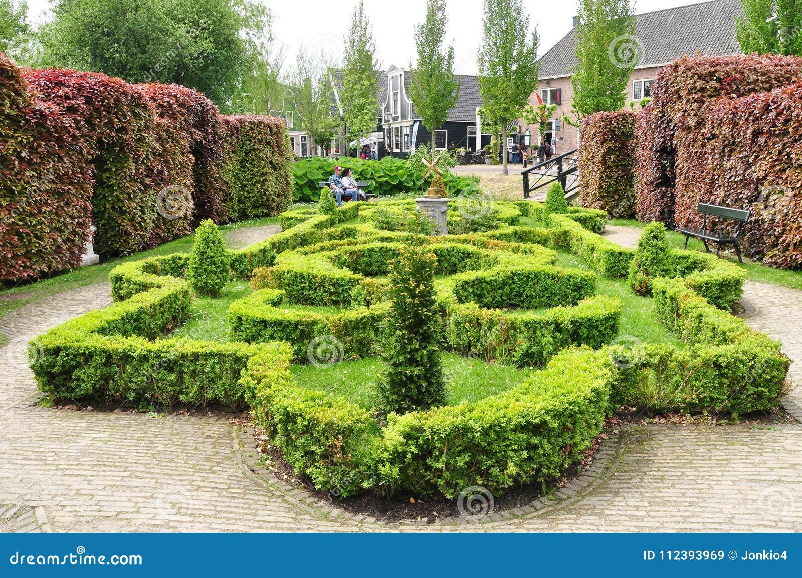 Mening van mooie tuin in zaanse schans nederland redactionele