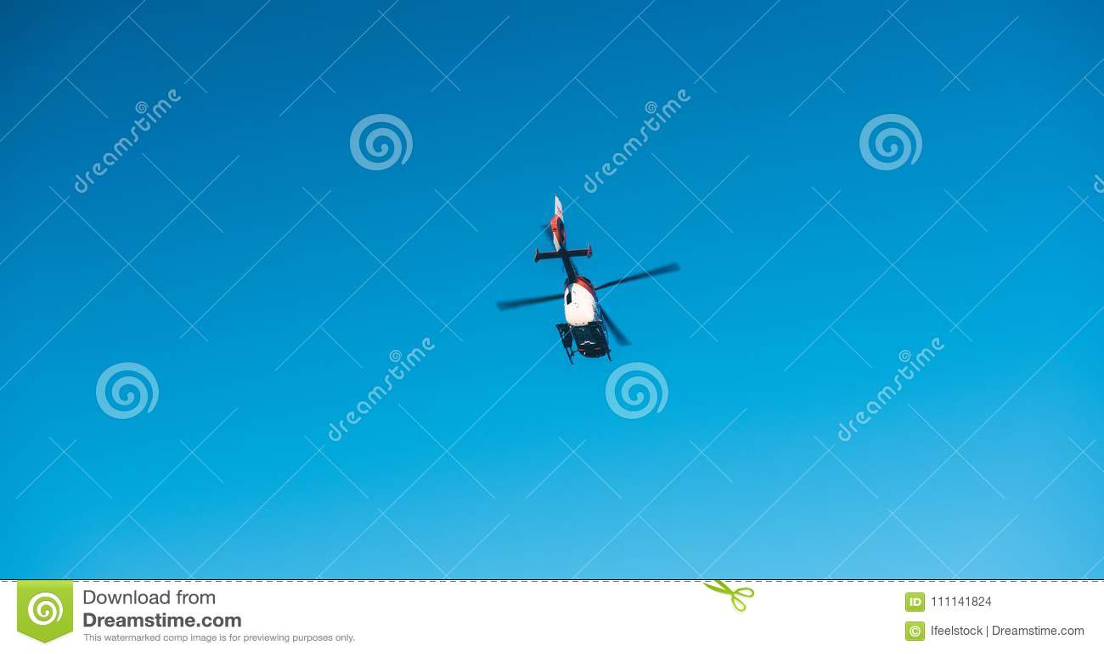 Mening van onderaan van reddingshelikopter DRF die Luftrettung in c vliegen