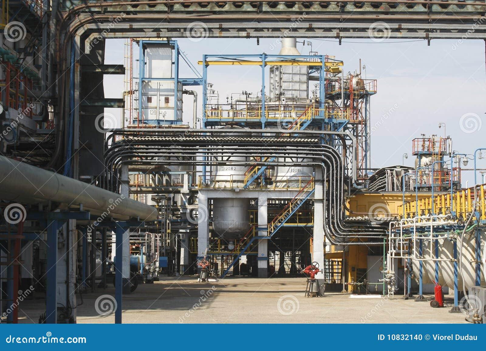 Mening van pijpen van de olie de petrochemische raffinaderij