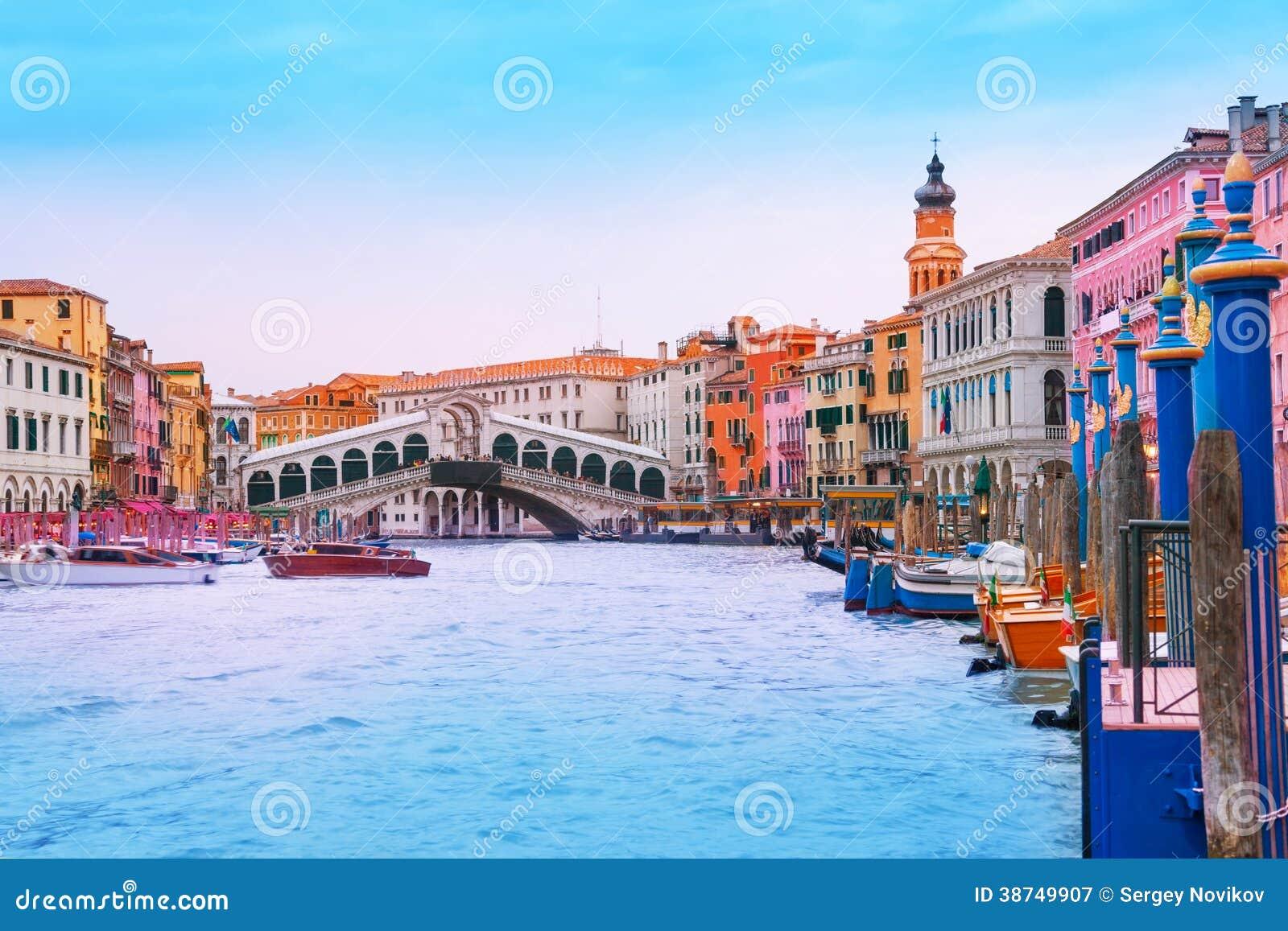 Mening van Rialto-brug van groot kanaal