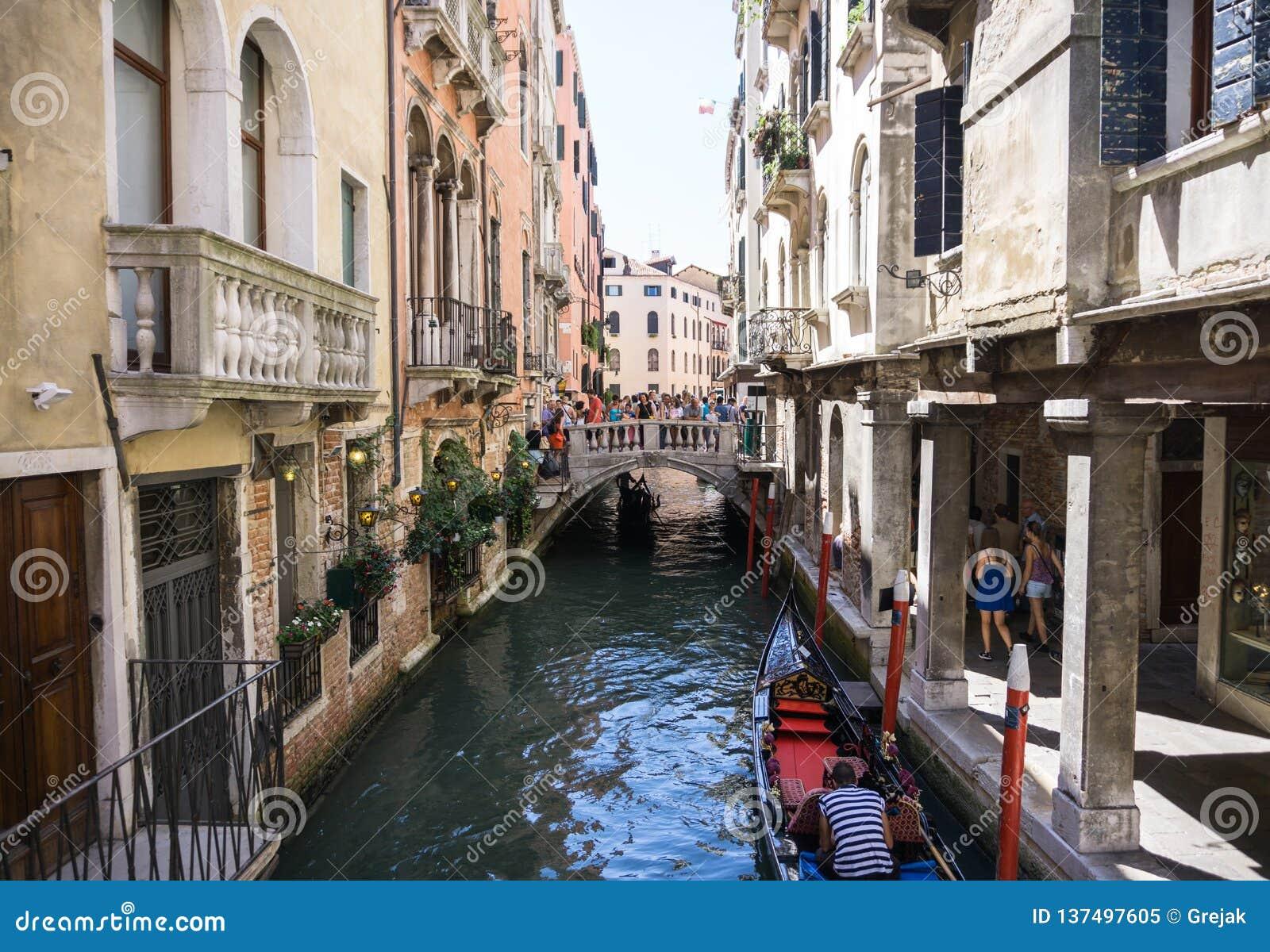 Mening van Rio Marin Canal met boten en gondels van Ponte DE La Bergami in Venetië, Italië Venetië is populair
