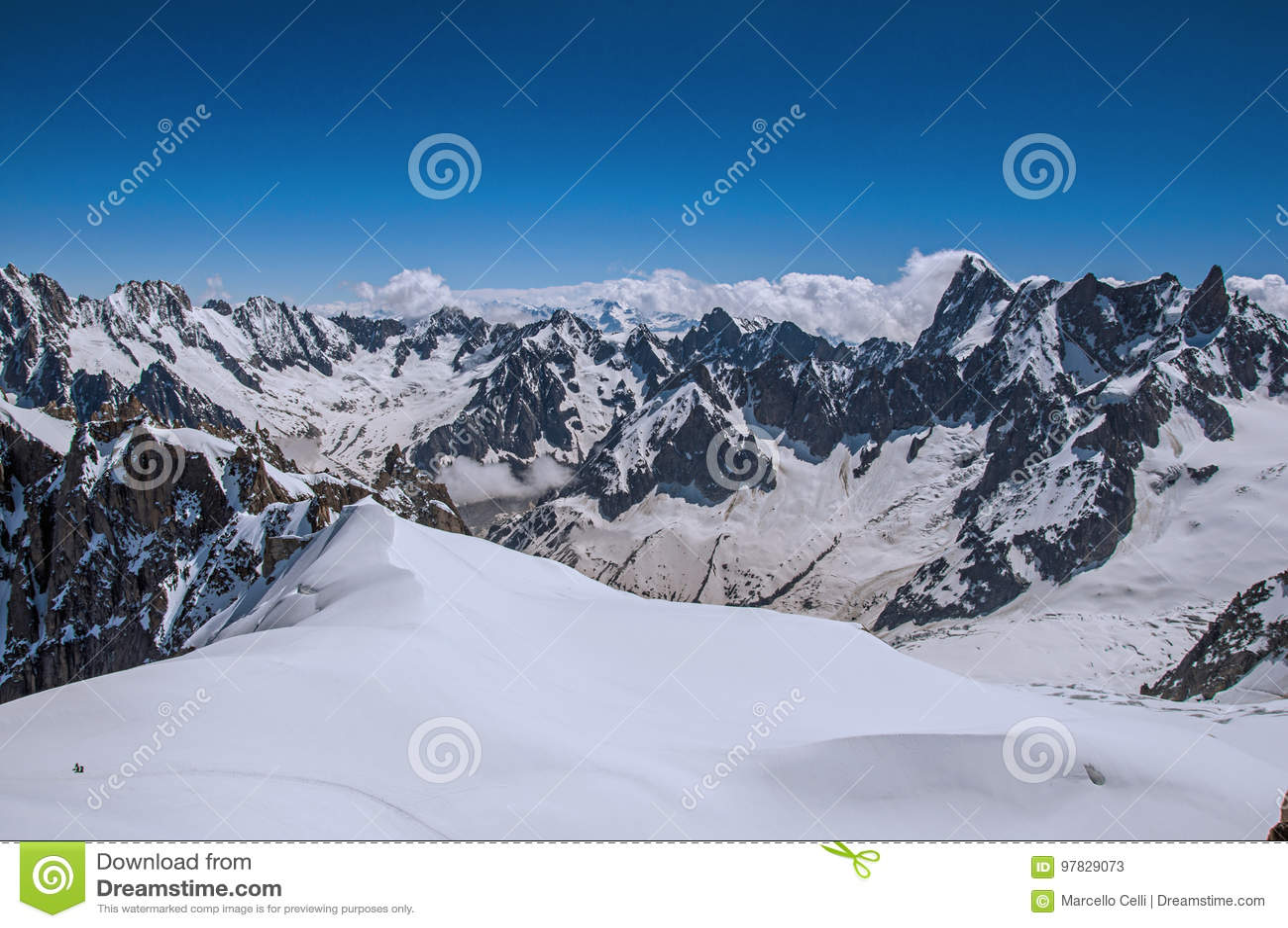 Mening van sneeuwpieken van Aiguille du Midi in Franse Alpen