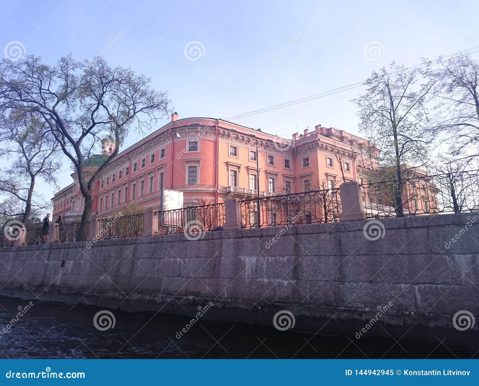 Mening van St Petersburg Het kanaal van de rivier met boten in heilige-Petersburg