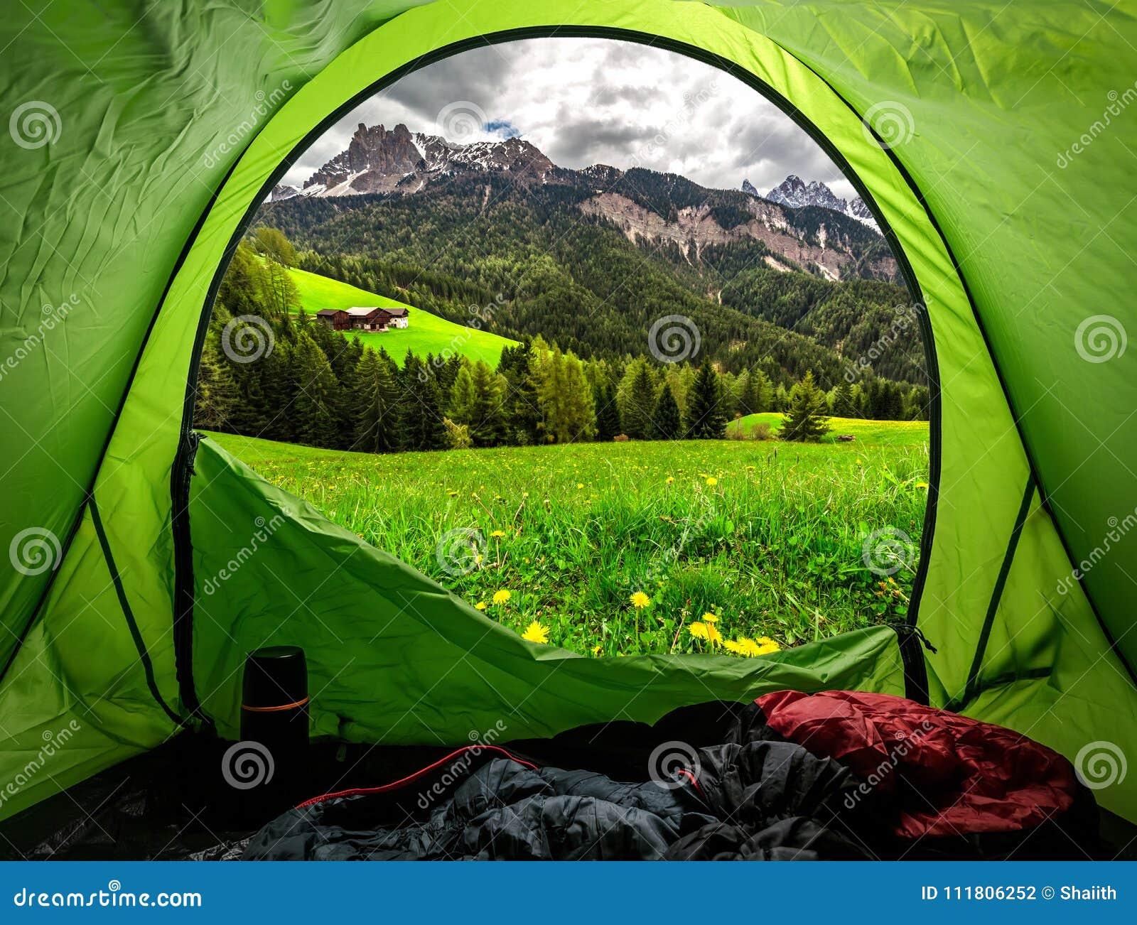 Mening van tent aan Oostenrijkse Alpen in de lente